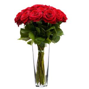 punased roosid vaasis