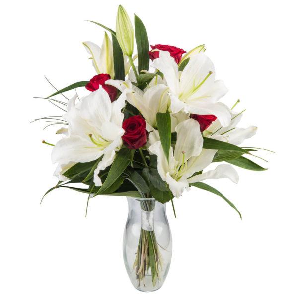 punased roosid ja valged liiliad